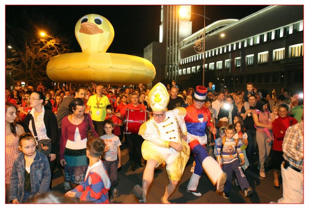 Leo Basi i gumena patka na Festivalu uličnih svirača