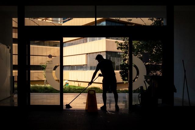 Usisavanje, brisanje i pranje podova - ručno i mašinski