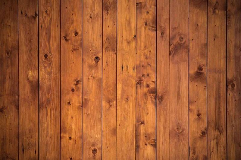 Pre pranja tvrdih drvenih podova proverite da li je pod od drveta lakiran ili ne